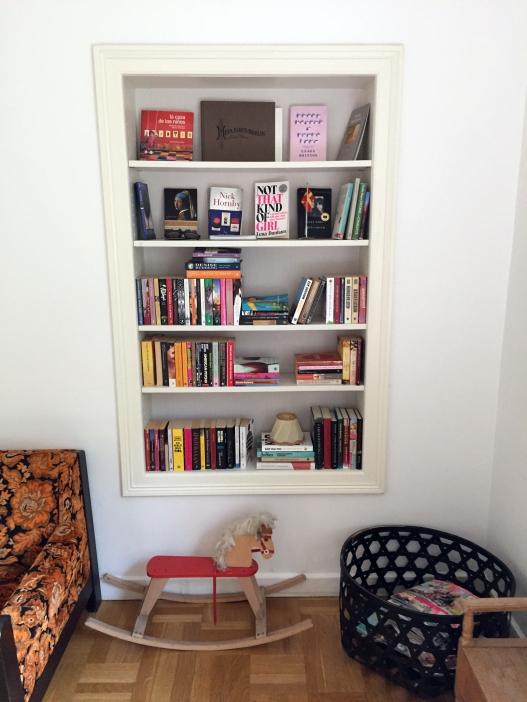 I vårt bibliotek kan du luta dig tillbaka och njuta av en god bok.