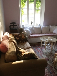 Vardagsrum för våra gäster – njut framför en öppen brasa.